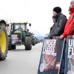 Mehrere Traktoren und Bauern protestieren gegen die Handelspolitik auf der Straße