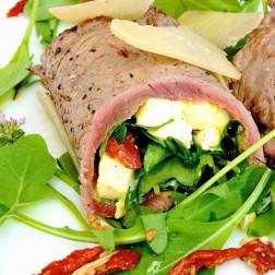 Rindsroulade mit Ruccola und Käse gefüllt