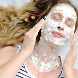 Frau mit Topfen im Gesicht
