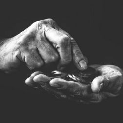 Hand mit Münzen