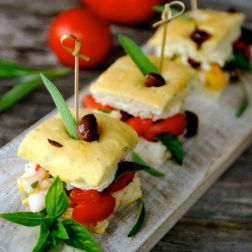 Focaccastücke gefüllt mit Tomate