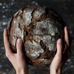 Hände halten einen Brotlaib