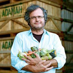 Mann hält Gemüse im Arm
