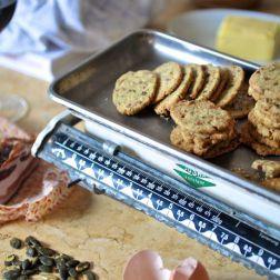 Kekse auf einer alten Wage, Speck, Kürbiskerne