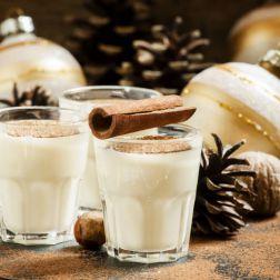 Eierlikör mit Milch, Zimt, geriebener Muskatnuss