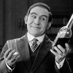 Porträt eines glücklichen Mannes bei einem Drink