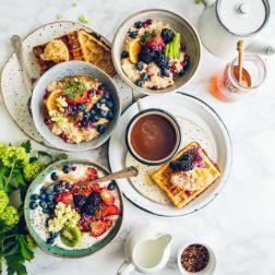 Frühstück mit Müsli, Beeren, Waffel, Honig, ..