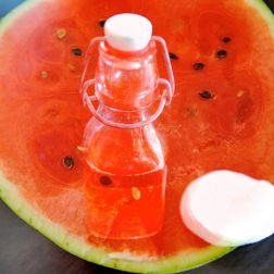 Halbe Wassermelone mit Watterbausch