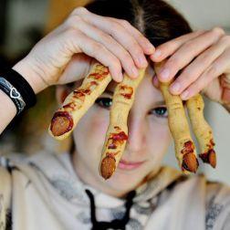 Mädchen mit Henxenfinger-Keksen in der Hand
