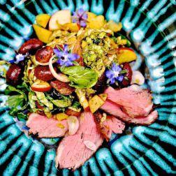 Salat mit Rindfleisch und Blüten