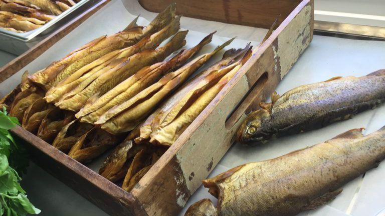 Geräucherter Fisch von Mikes Farm Fischzucht. Saibling und Forelle