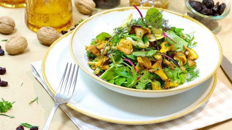 Grüner Salatmix mit Eierschwammerln und Honig-Walnussdressing. Aus Arcotel Moments