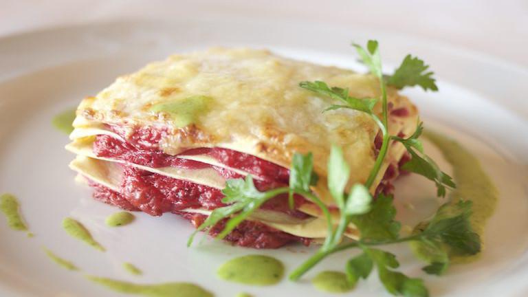 Rote Rüben Lasagne mit Topfen und Sonnenblumenkernen