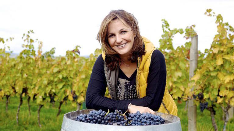 Silvia Heinrich vom Weingut Heinrich kultiviert Blaufränkisch nachhaltig bis hin zu den Kernen für ihre Gewürzmühlen.