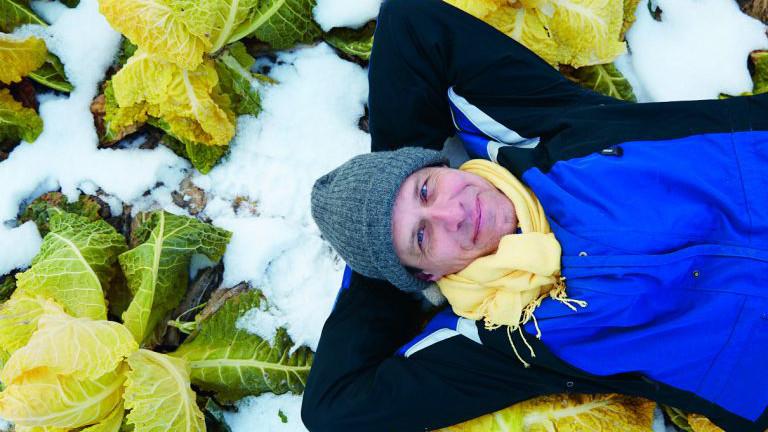 Wolfgang Palme, Gründer und Betreiber der Cityfarm Augarten erforscht den Wintersalat und ernst bei - 10°C.