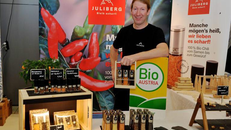 Thomas Schauer von Juliberg mit Chilimühlen auf der BioMesse in Wieselburg