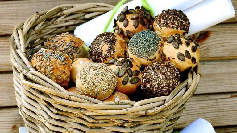 Dinkelweckerln mit verschiedenen Kernen wie Sonnenblumen-, Kürbikerne, Hanf oder Mohn