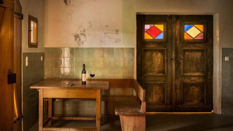 Raum, alter Tisch mit Weinflasche
