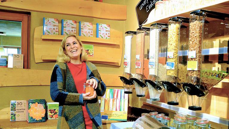 Nicola Tutsch beim Einkauf am Biohof Adamah