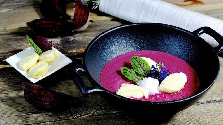 Rote Rüben Suppe mit Topfennockerln