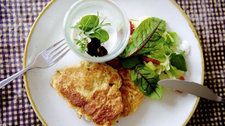 Topfenlaibchen mit Salat und Kräuterdipp