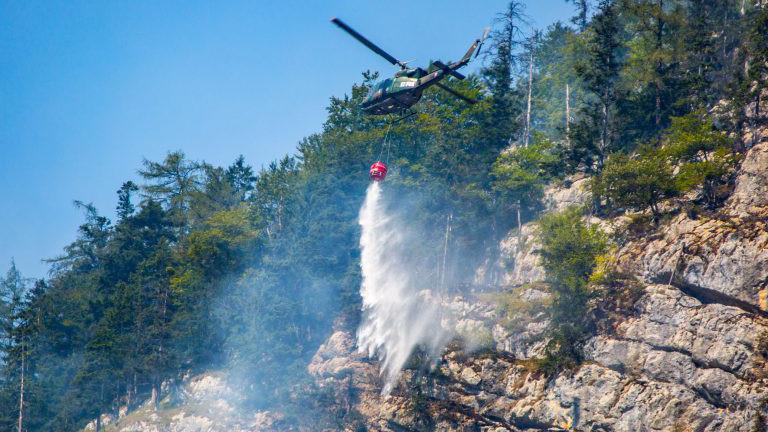 Hubschrauber löscht Waldbrand