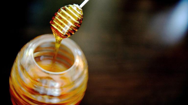 Honigheber und Glas