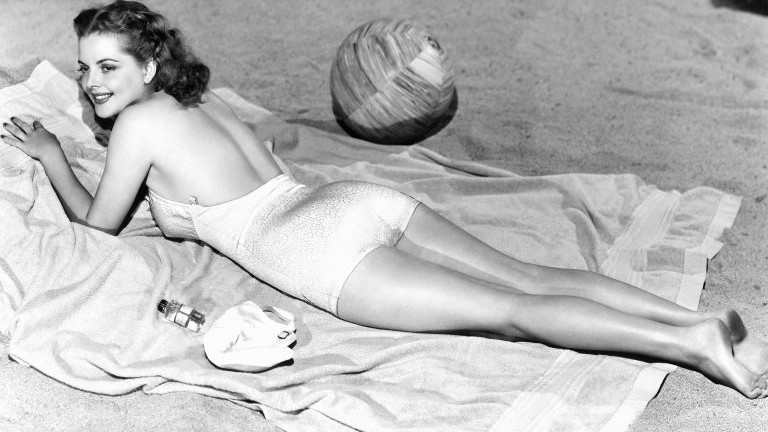 Frau am Strand im Badeanzug (50iger Jahre)