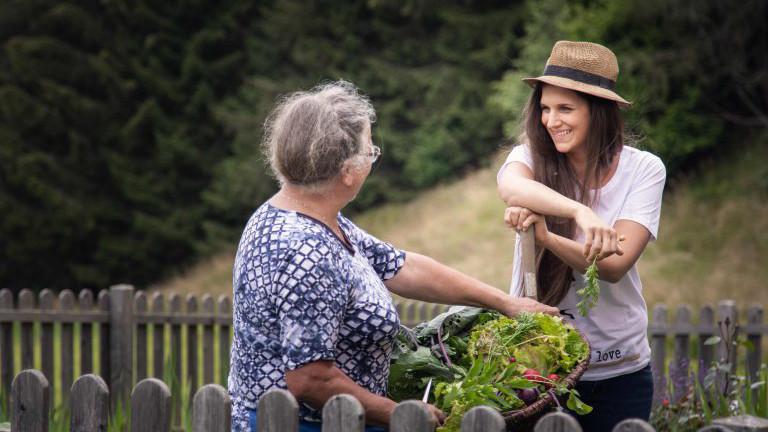 Zwei Frauen (alt und jung) im Garten