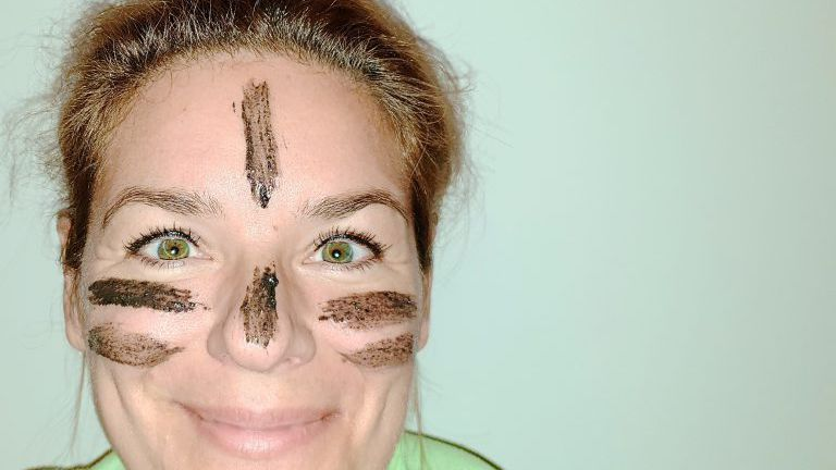 Frau mit Asche im Gesicht