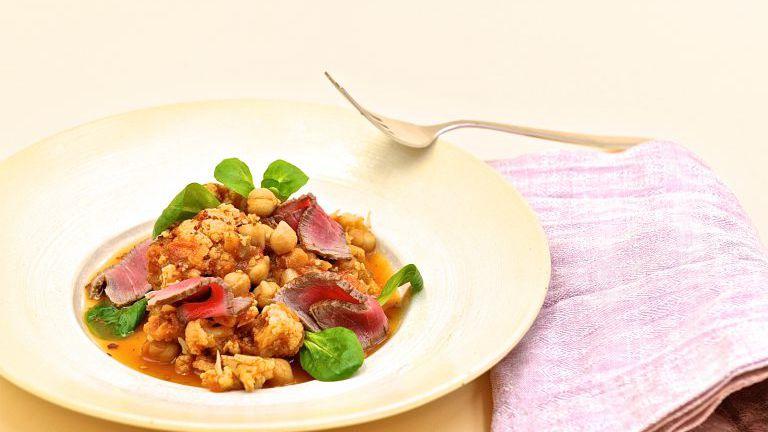 Teller mit Curry und Rindfleisch