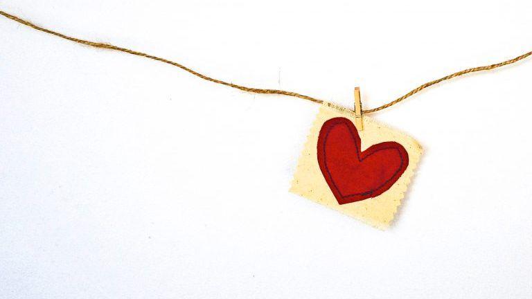 Herz aus Papier auf einer Leine