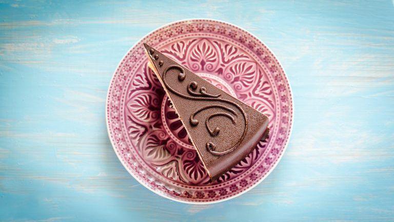 Schokoladenkuchen auf dem violetten Teller