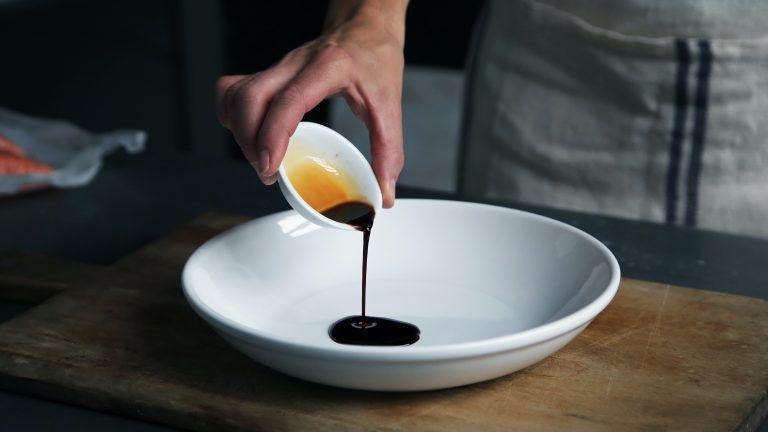 Essig wird in einen Teller geleert