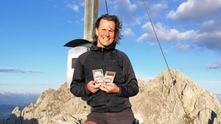 Mann am Berg, Gipfelkreuz mit Schokolade