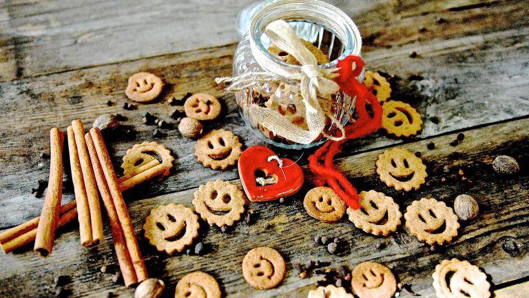 Smily Kekse mit Glas auf Holzbrett