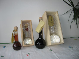 Zu den Geschenkflaschen gibt es auch, auf Wunsch, Holzschatullen mit Wiesenheu-Unterfütterung