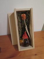 Die Holzschatulle für Geschenkflaschen wird standardmäßig mit Wiesenheu-Unterfütterung ausgeliefert.