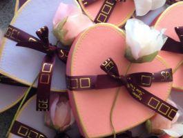 Herz in Violett gefüllt mit einer Pralinenmischung
