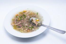 Putensuppe mit Fleisch und Gemüse im Glas