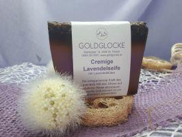 Cremige Lavendelseife mit Lavendelblüten