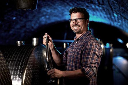 Weinbaumeister Reinhard bei der Arbeit in seinem m...