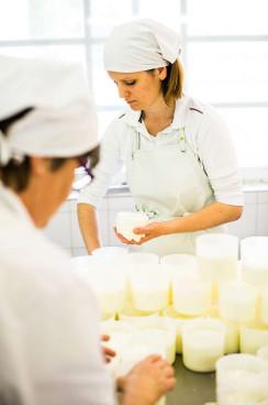 In der Käserei sind hauptsächlich die Frauen tätig...