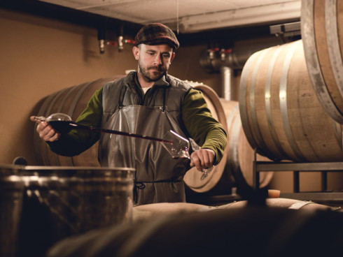 Der Winzer Marcus Gruze in seinem Weinkeller