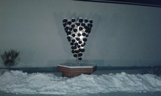 im Sommer ein Brunnen - im Winter schön beleuchtet