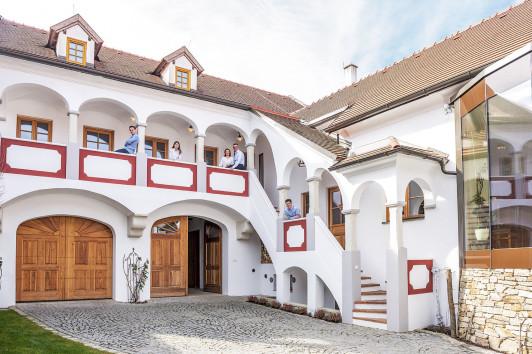 Innenhof des Weinguts mit Familie
