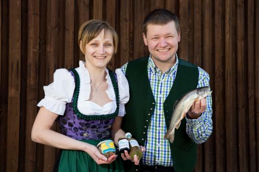 Sonja und Erich mit einer Auswahl an regionalen Pr...