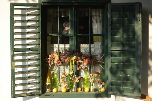 Stimmungsbild Fenster beim Buschenschanklokal