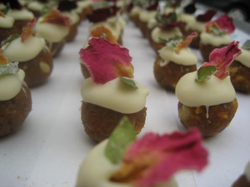 Rose und Quitte Konfekt mit Rosenblüten