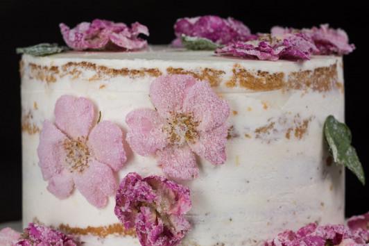 Hochzeitstorte mit verzuckerten Rosenblüten